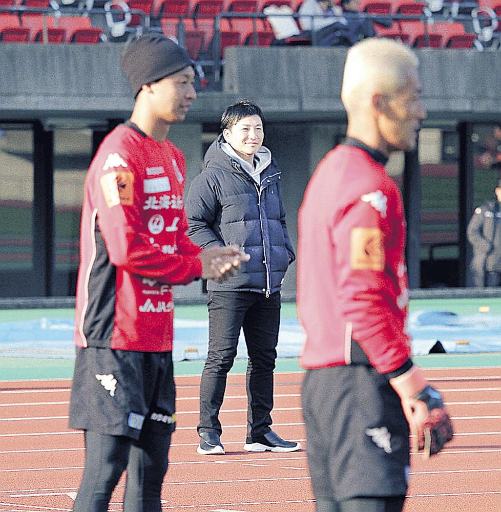 熊本キャンプで選手の動きをチェックする吉原氏(中央)