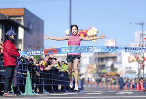 女子30キロの部で優勝した吉田
