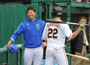17日の試合後、巨人の小林誠司(右)と笑顔で話す中井大介