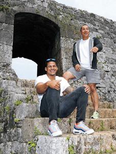 ナバーロ(右)とともに座喜味城跡を観光し、笑顔のマルテ