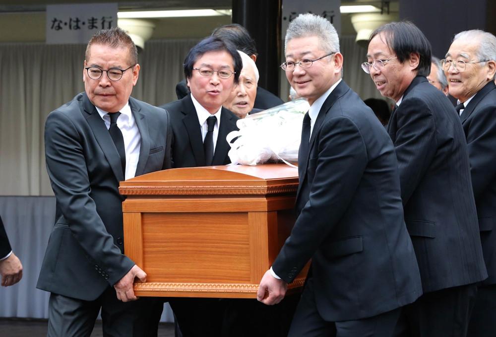 出棺で岸部清さんのひつぎを運ぶ千昌夫(左)と新沼謙治(同2人目)