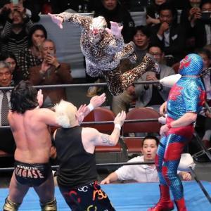 カズ・ハヤシ(左)とNOSAWA論外にフライング・ボディ・アタックをお見舞いし、試合をしとめるミル・マスカラス(上、右はドス・カラス)