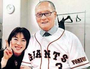 2013年5月5日、東京ドームで行われた国民栄誉賞授与式での始球式直前、控室で次女・三奈さん(左)と記念撮影する長嶋さん