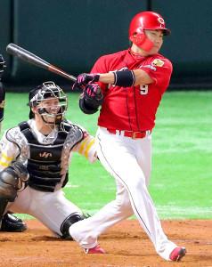 18年の日本シリーズ第5戦で本塁打を放つ丸