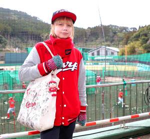 天福球場を訪れ、広島を応援するサージェント・ルイーズさん