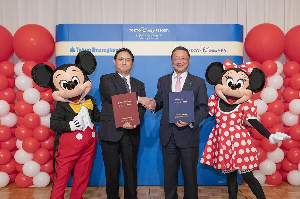 新菱冷熱工業とオリエンタルランドの調印セレモニー。左からミッキーマウス、新菱冷熱工業・加賀美猛社長、OLC上西京一郎社長、ミニーマウス(C)Disney