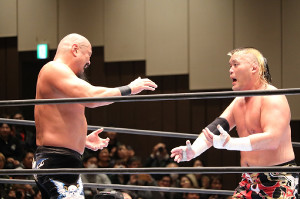 引退する飯塚高史(左)の狂乱を静めようと、涙を浮かべて説得する天山広吉