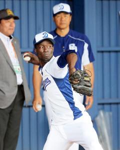 ブルペンで梨田昌孝氏(後方左)と与田剛監督が見守る前で投球するブリトー