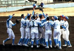 勝利の瞬間、マウンドに集まり歓喜に沸く京都嵐山の選手たち