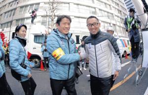 1月3日、勝利を確信し笑顔で握手を交わす両角監督(左)と西出コーチ