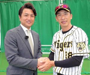 握手する高橋由伸・スポーツ報知評論家(左)と矢野燿大監督(右=カメラ・渡辺 了文)