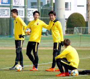 開幕へ向け調整する(左から)鹿島の町田、伊藤、犬飼