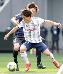 前半、横浜M・三好(手前)のボールを奪いに行くG大阪・遠藤