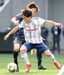 前半、G大阪・遠藤(後方)と競り合う横浜M・三好
