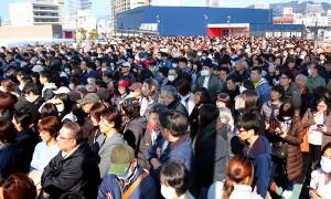 抽選券を目当てに広島駅から続くマツダスタジアムのスロープには大勢のファンが並んだ