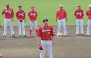 会沢翼選手会長(手前)の音頭で一本締めを行う広島ナイン