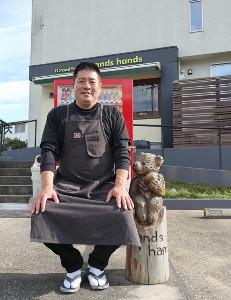 お客さんからプレゼントされた木彫りの熊、どことなく憲史さんに似ている!?