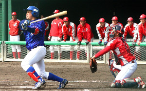 4回、パナソニックの片山が左越えに適時二塁打を放つ