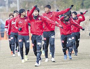 主将の大岩(手前)を先頭にウォーミングアップする仙台の選手たち