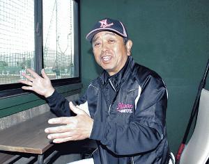 日大国際野球部を率いた19年間を笑顔で振り返る和泉さん