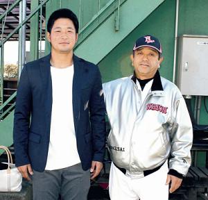 16年秋にU―23日本代表に選ばれたロッテ・柿沼(左)とのツーショット