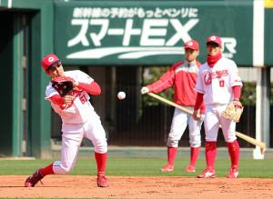 マツダスタジアムで初練習を行った広島・小園(左)