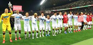 今季初勝利を挙げ、サポーターの「ススキノへ行こう!」コールに合わせて踊る札幌イレブン