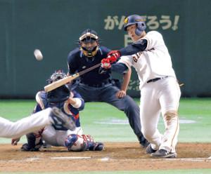 9回1死一塁、岡本が右越えに2ランを放つ(カメラ・森田 俊弥)