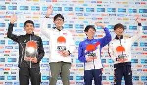 学生初のMGC出場を決め笑顔を見せる堀尾謙介(左から2人目、左から今井正人、一人おいて藤川拓也、神野大地