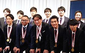 箱根駅伝優勝祝賀会で、大幅に減量した姿を披露した東海大の両角監督(前列中央)