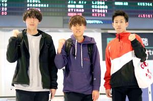 米国合宿へ出発する東海大の(左から)塩沢稀夕、鬼塚翔太、阪口竜平