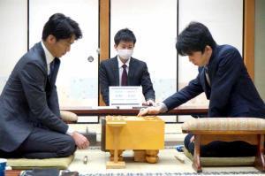 関西将棋会館での順位戦C級1組で、都成竜馬五段(左)と対局する藤井聡太七段