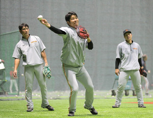 ノックを受ける大城卓三(中央、左は小林誠司、右は炭谷銀仁朗、カメラ・生澤 英里香)