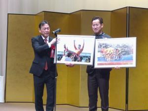 祝勝会で優勝記念の写真パネルを贈られた脇本雄太(右)