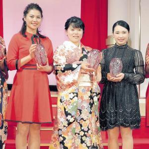 """昨年12月のLPGA年間表彰式で敢闘賞を受賞した勝(中央。左は新垣比菜、右は小祝さくら)。成人式用の着物を""""予行演習""""で着ていた"""