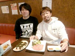 元和食料理人の尾崎店長(左)に全幅の信頼を寄せる八重樫