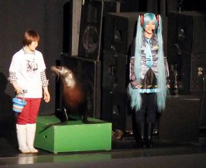 上映会のスタート前には、初音ミクのコスプレ姿のスタッフとアシカも登場