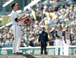 9回1死三塁、谷内(後方右から2人目)に同点適時打を浴びた藤川(カメラ・渡辺 了文)