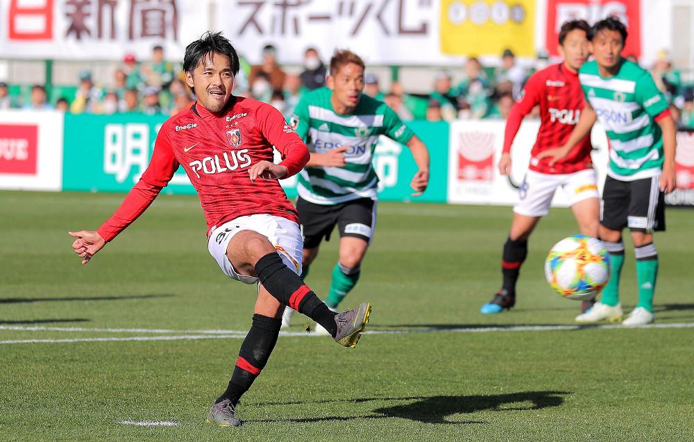 後半27分、PKを決める浦和・興梠(左)