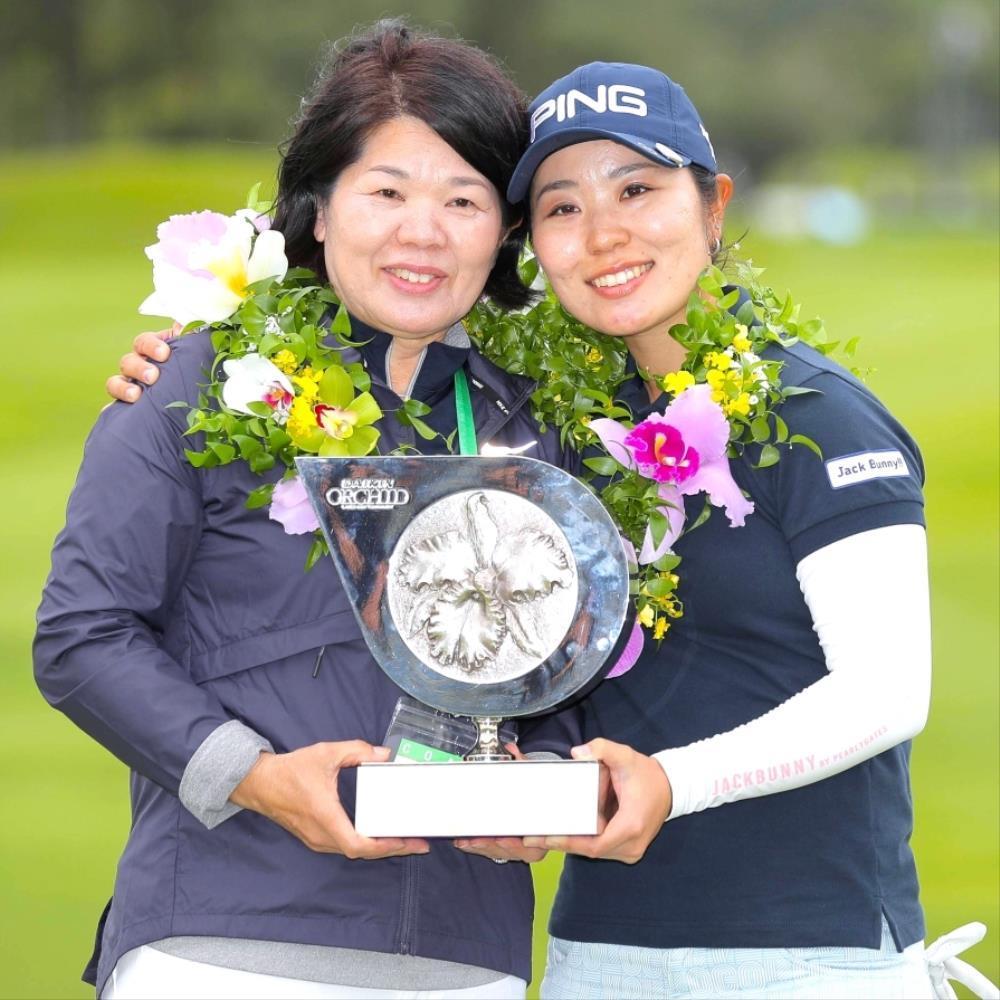 母・彰子さん(左)と優勝トロフィーを持つ比嘉(カメラ・宮崎 亮太)