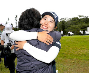地元の開幕戦で優勝を果たし、母・彰子さんと抱き合って喜ぶ比嘉真美子(カメラ・宮崎 亮太)