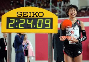 MGCの出場権を獲得し、ゴールタイムの前で笑顔を見せる福士加代子(代表撮影)