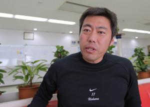 インタビューにこたえる上原浩治(カメラ・杉山 彰一)