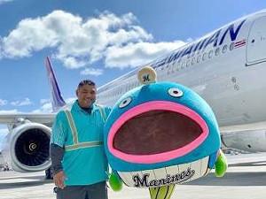 謎の魚はハワイアン航空に勤務するベニー氏と記念撮影する