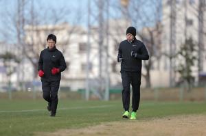 上原浩治は手術した左ひざの様子を確かめながらランニングする(カメラ・杉山 彰一)