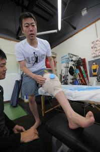 左ひざをアイシングする上原浩治(カメラ・杉山 彰一)