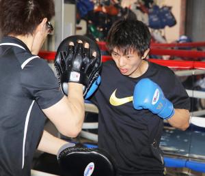 王者・田中恒成に挑戦する田口良一(右)は軽快に練習を行った