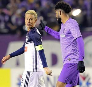 試合終了後、広島・パトリックと言葉を交わすメルボルンV・本田圭佑
