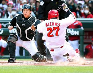 2回、一塁から本塁へと生還する広島・相沢(捕手・鶴岡)