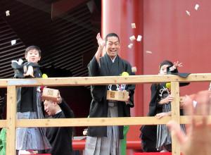 今月3日の節分に豆まきを行った(左から)中村勘太郎、中村勘九郎、中村長三郎